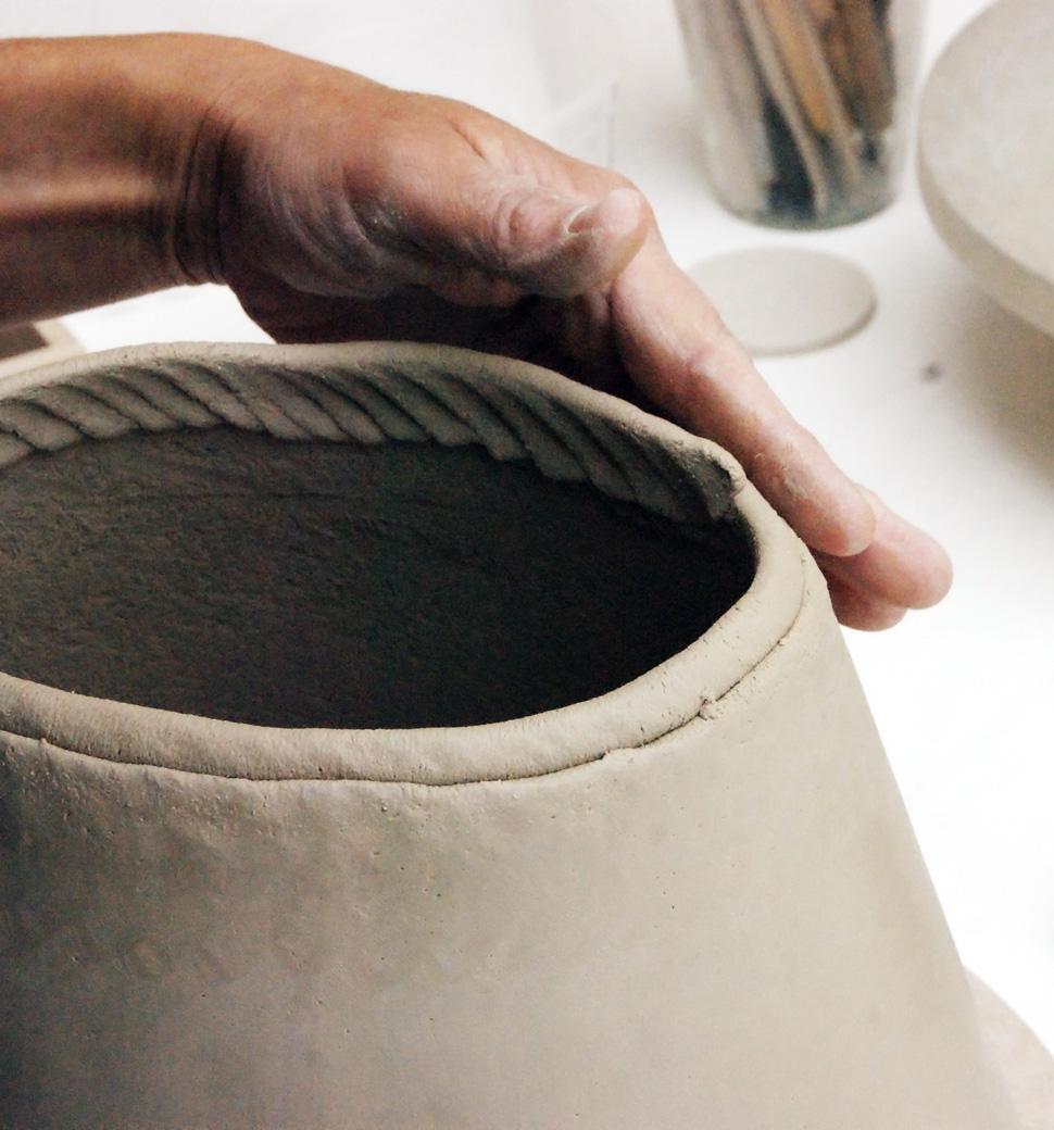 Hilde Evenepoel fabriquant une urne exclusive